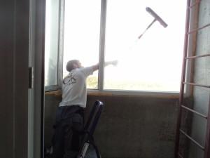 Мойка окна балкона снаружи