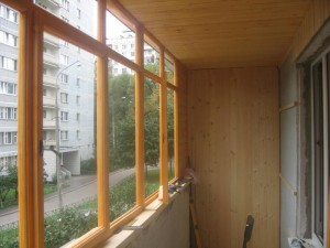 560x420xosteklenie-balkonov-derevom.jpg.pagespeed.ic.mG514W-YB5[1]