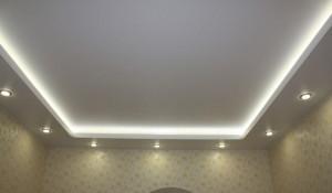 Ustanovka-svetilnikov-po-perimetru-potolka[1]